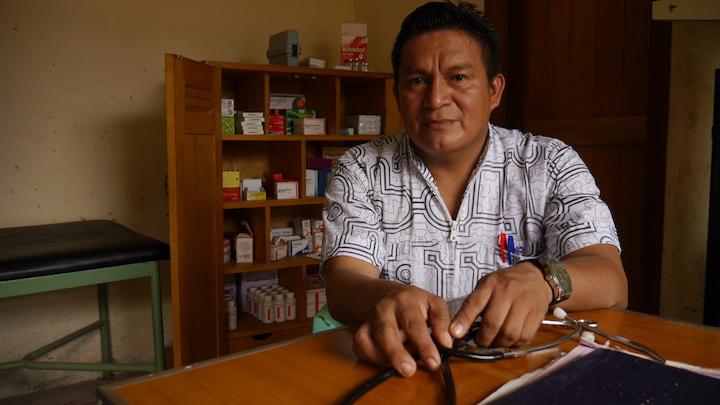 Lorenzo Navarro, quien se convirtió en el enfermero de San Cristóbal, el pueblo donde nació, para ayudar a sus vecinos. Foto: Dan Collyns.