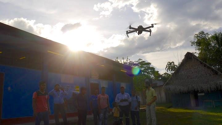 Los monitores vuelan un dron en el crepúsculo. Foto: Dan Collyns.