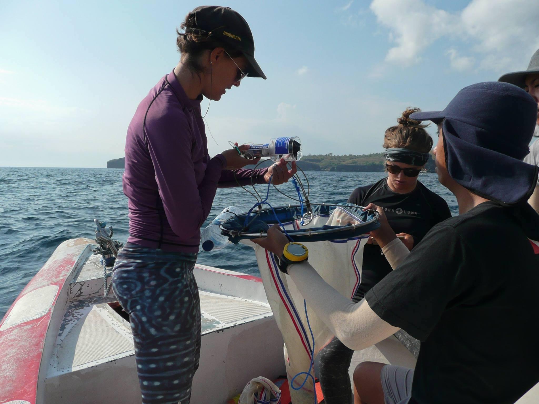 Elitza Germanov y el equipo de la Fundación Megafauna Marina recogiendo muestras de agua contaminada con microplásticos. Foto: Fundación Megafauna Marina
