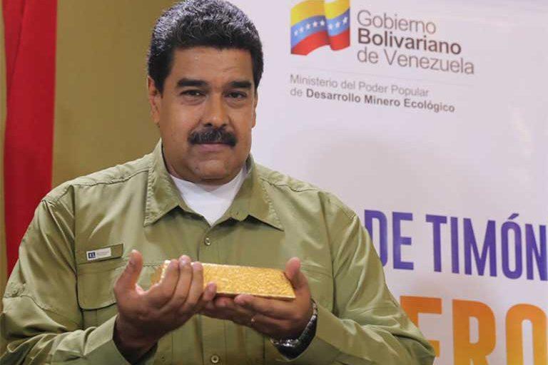 El presidente de Venezuela Nicolás Maduro muestra una barra de oro supuestamente excavada y procesada en el Arco Minero de Venezuela. Foto: Prensa Presidencial @PresidencialVen