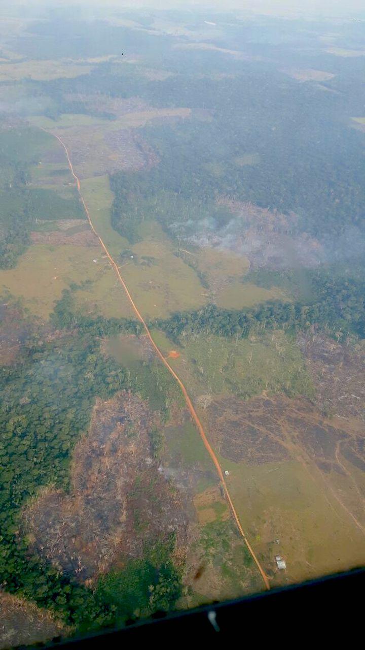 Carreteras ilegales, grandes potreros improductivos y el humo de incendios dominan el recorrido entre San José del Guaviare y el Parque Chiribiquete. Foto: Esteban Montaño.