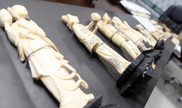 Se decomisaron en el operativo 11 estatuillas presumiblemente esculpidas en marfil. Foto: El Deber.