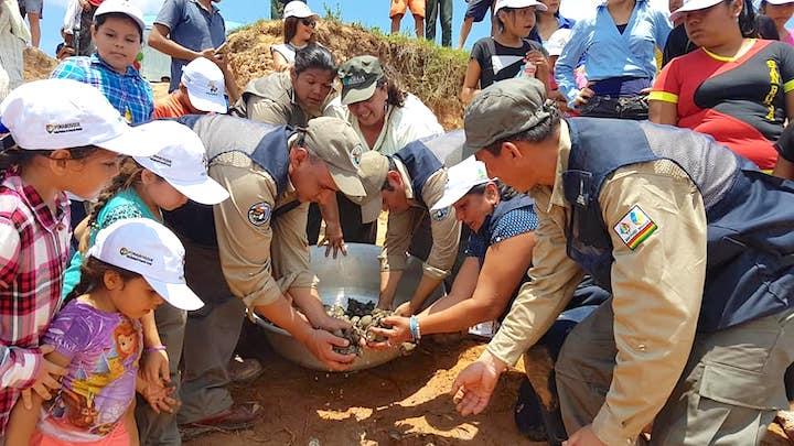 Niños, población local, guardaparques y autoridades liberan a las petas de río en el río Maniqui, en San Borja, Beni. Foto: Ministerio de Medio Ambiente y Agua.