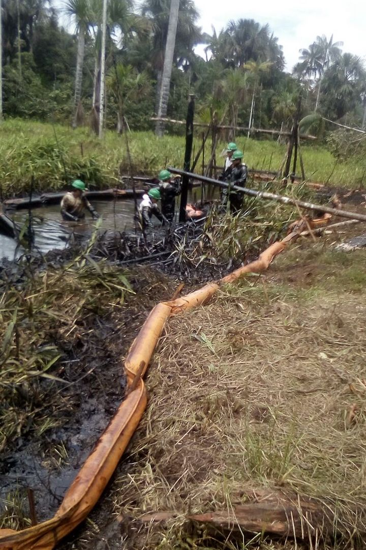 Hasta el domingo se habían recogido 1500 barriles de crudo. Crédito: Giner Panduro.