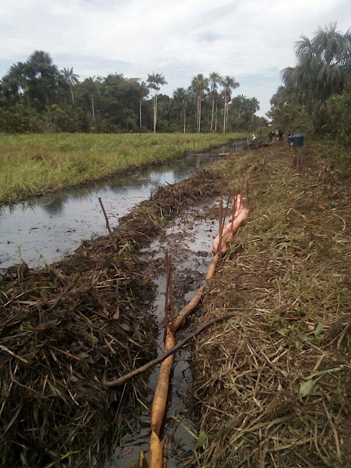 El miedo de la comunidad es que la lluvia pueda arrastrar el crudo hasta el Marañón. Crédito: Giner Panduro.