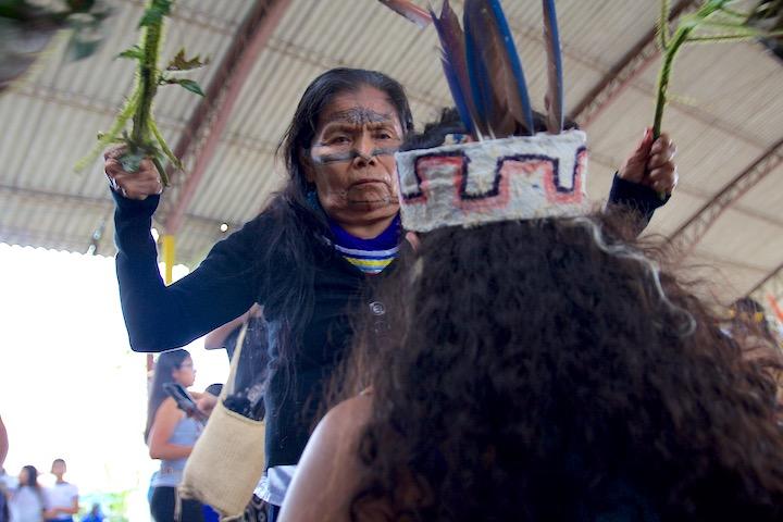 Las mujeres comenzaron las celebraciones del día con una limpieza tradicional. Foto: Kimberley Brown.