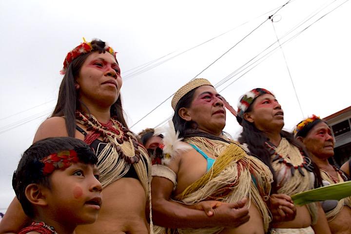 Las mujeres de la comunidad amazónica Waorani marchan por las calles de Puyo en el Día Internacional de la Mujer. Foto: Kimberley Brown.