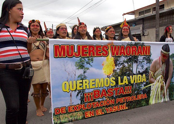 Las mujeres de la comunidad amazónica Waorani protestan contra el extractivismo en sus territorios. Foto: Kimberley Brown.