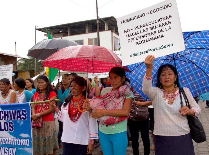 Mujeres indígenas de la comunidad amazónica Quechua marchan en las calles de la ciudad de Puyo. Foto: Kimberley Brown.