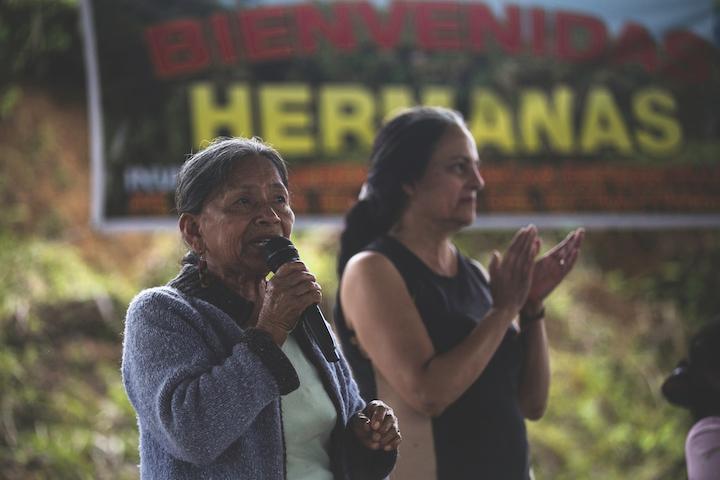 Las mujeres indígenas se reunieron en una audiencia en la localidad del Puyo, provincia de Pastaza, para ponerse de acuerdo y elaborar el documento final que esperan entregarle al presidente Moreno. Foto: Jonatan Rosas.