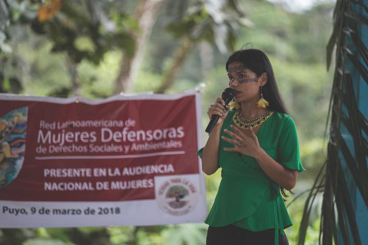 Rosa Chuji es una mujer de la comunidad quechua amazónica de Sarayaku, defensora del Amazonas. Participó en la organización de la marcha de la mujer amazónica contra el extractivismo en el Día Internacional de la Mujer. Foto: Jonatan Rosas.