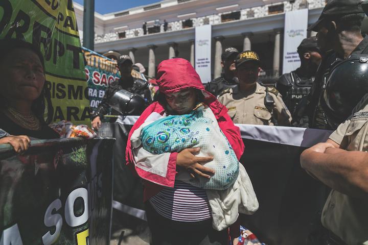 Mujeres indígenas amazónicas de diferentes comunidades en el país, protestan contra el extractivismo minero y la explotación petrolera en las afueras del Palacio Presidencial Carondelet. Foto: Jonatan Rosas.