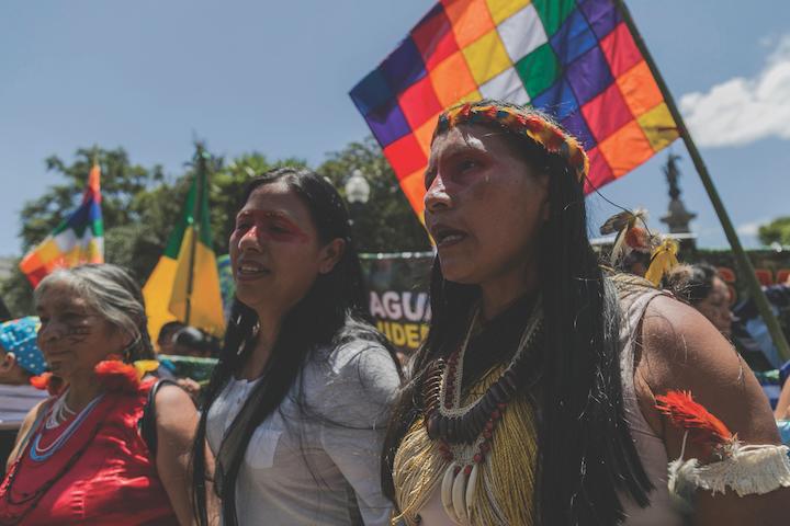 Las mujeres indígenas exigen que se detengan todas las actividades extractivas en sus territorios y que se cancelen los contratos para proyectos futuros en sus territorios. Foto: Jonatan Rosas.