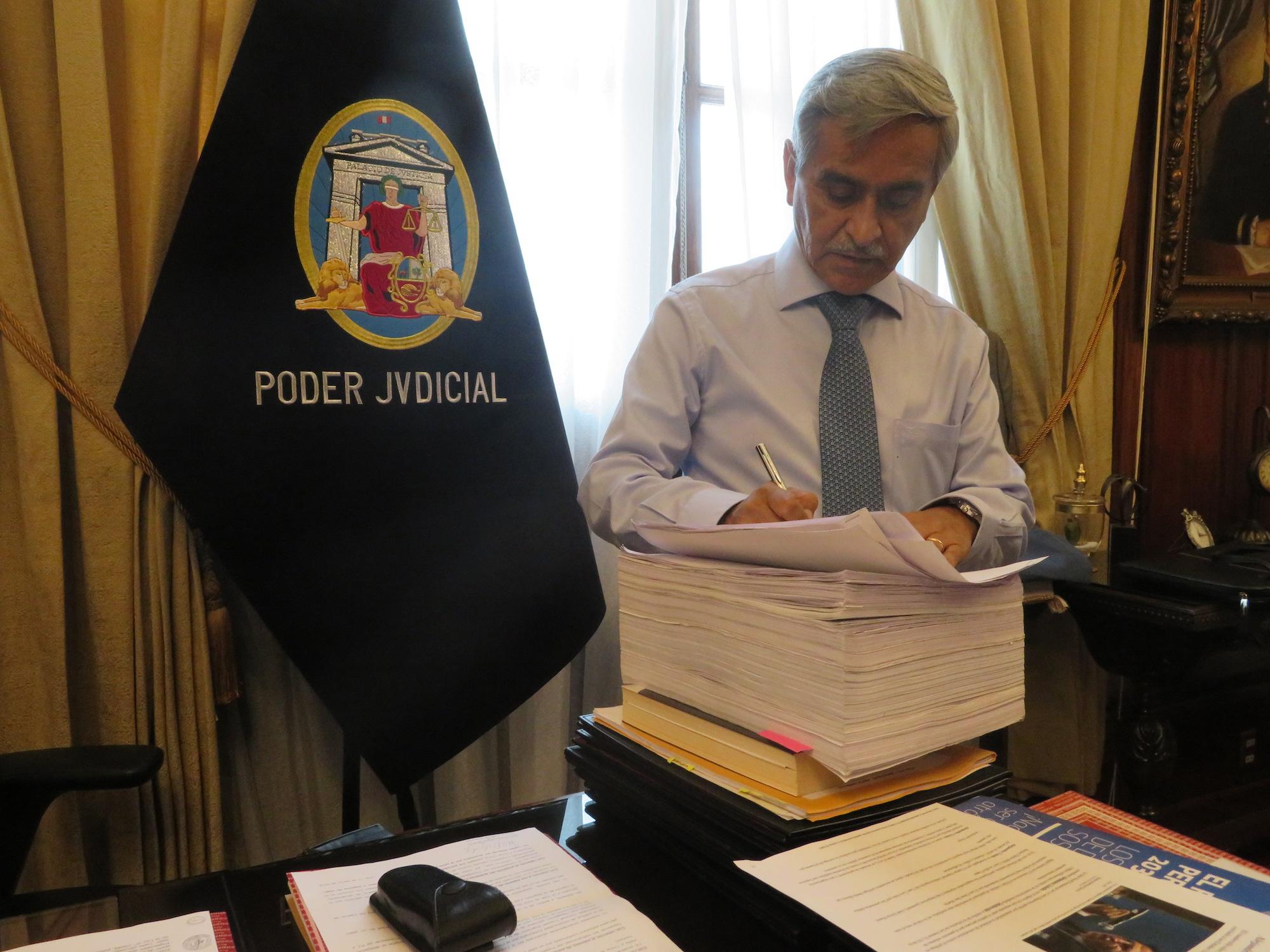 El presidente del Poder Judicial, Duberlí Rodríguez, en su oficina del Palacio de Justicia firma el cuaderno de extradición del ex presidente Alejandro Toledo. Foto: Alexa Vélez Zuazo.