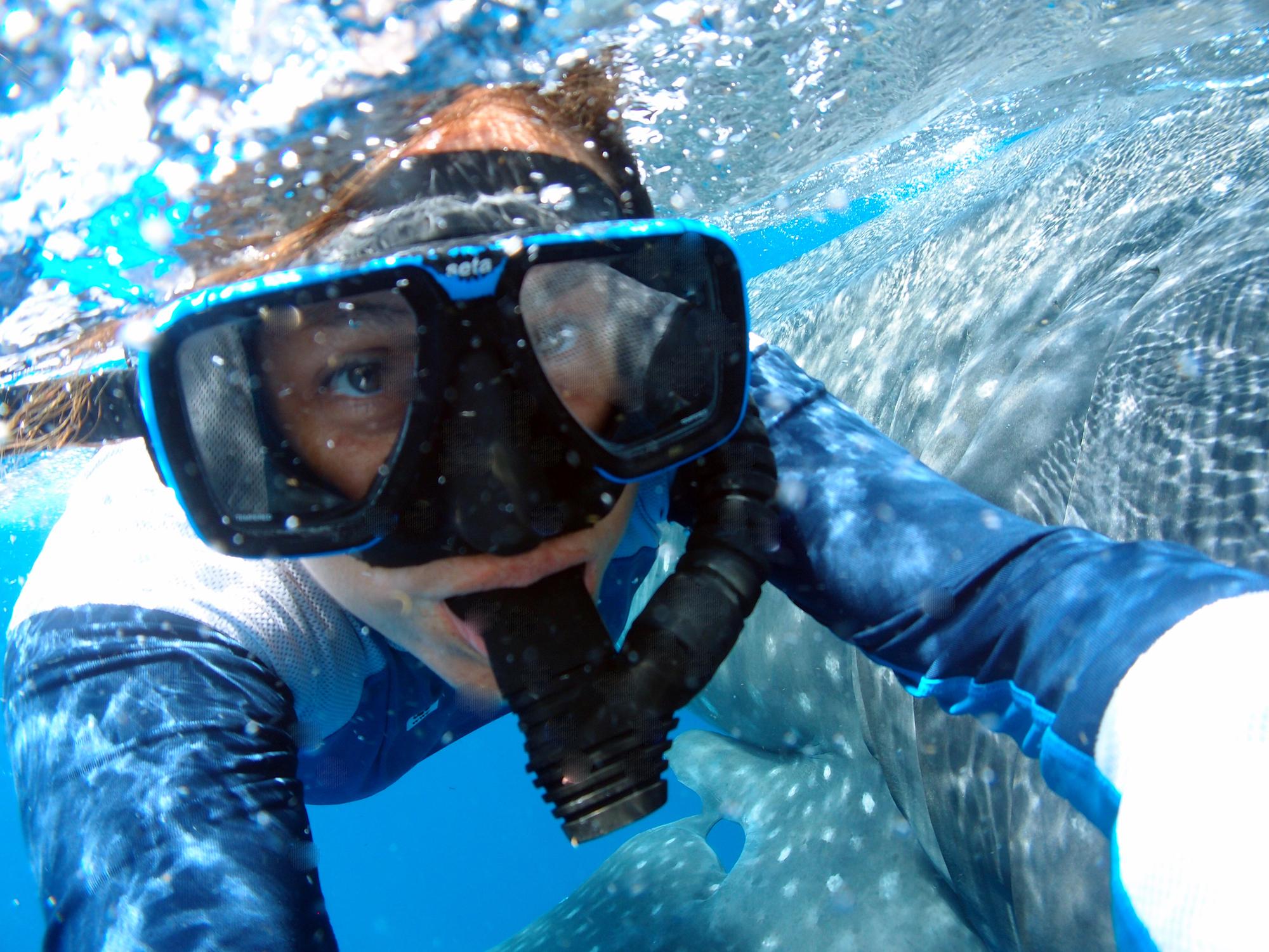 La bióloga marina Dení Ramírez se dedica a la investigación del tiburón ballena. Foto: Conciencia México.