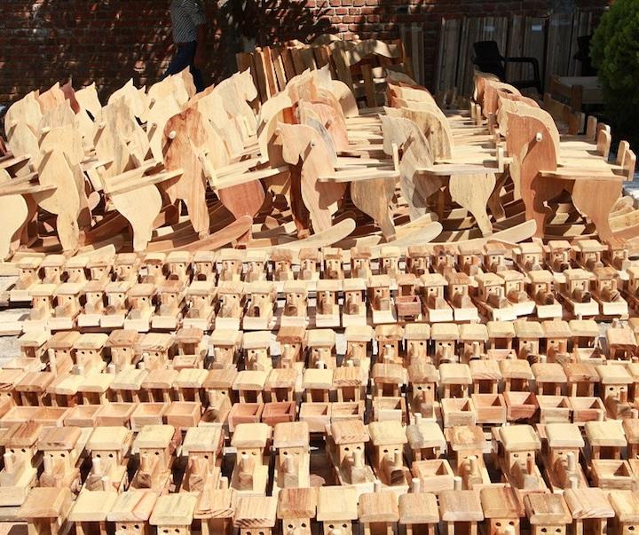 Con la madera decomisada a los traficantes de madera, los internos de la cárcel de Neiva fabrican juguetes y muebles que luego son donados a instituciones que cuidan a niños y adultos mayores. Foto: CAM.