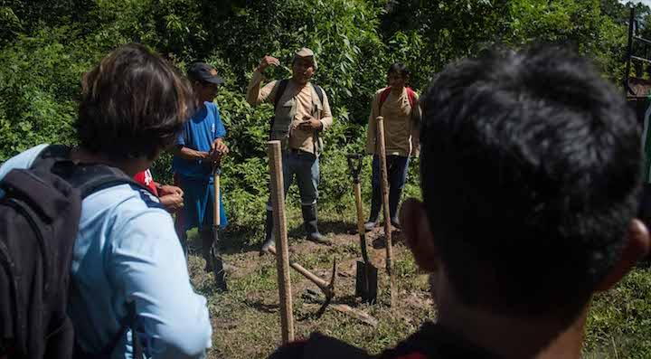 """""""Vamos definir de manera técnica y con la participación de cada uno de ustedes, las alternativas de uso productivo que tienen estos bosques"""", dice el ingeniero a cargo de la brigada de zonificadores,. Foto: Aldo Arozena."""