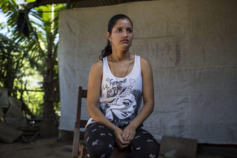 Marta Raquel Fernandez, 25, ambientalista y activista política, sentada en el patio de su casa, en la aldea Gualojito, departamento de Santa Bárbara. Foto: Simone Dalmasso.