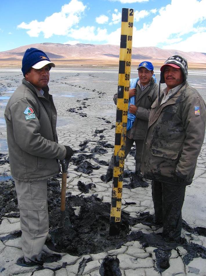 Funcionarios del Sernap inspeccionan las lagunas que se secaron. Foto: Sernap.