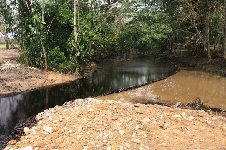 El crudo se extendió por 24 kilómetros en la quebrada La Lizama y el Caño Muerto. Foto: Fundación de periodistas víctimas del conflicto armado en Colombia (FUNPERPAZ).