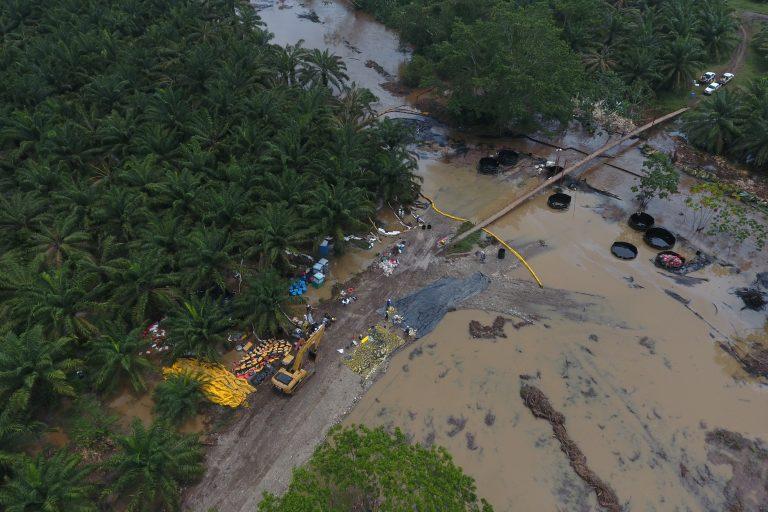Ecopetrol ha dicho que las labores de contención evitaron que el petróleo llegara al río Magdalena. Foto: Fundación de periodistas víctimas del conflicto armado en Colombia (FUNPERPAZ).