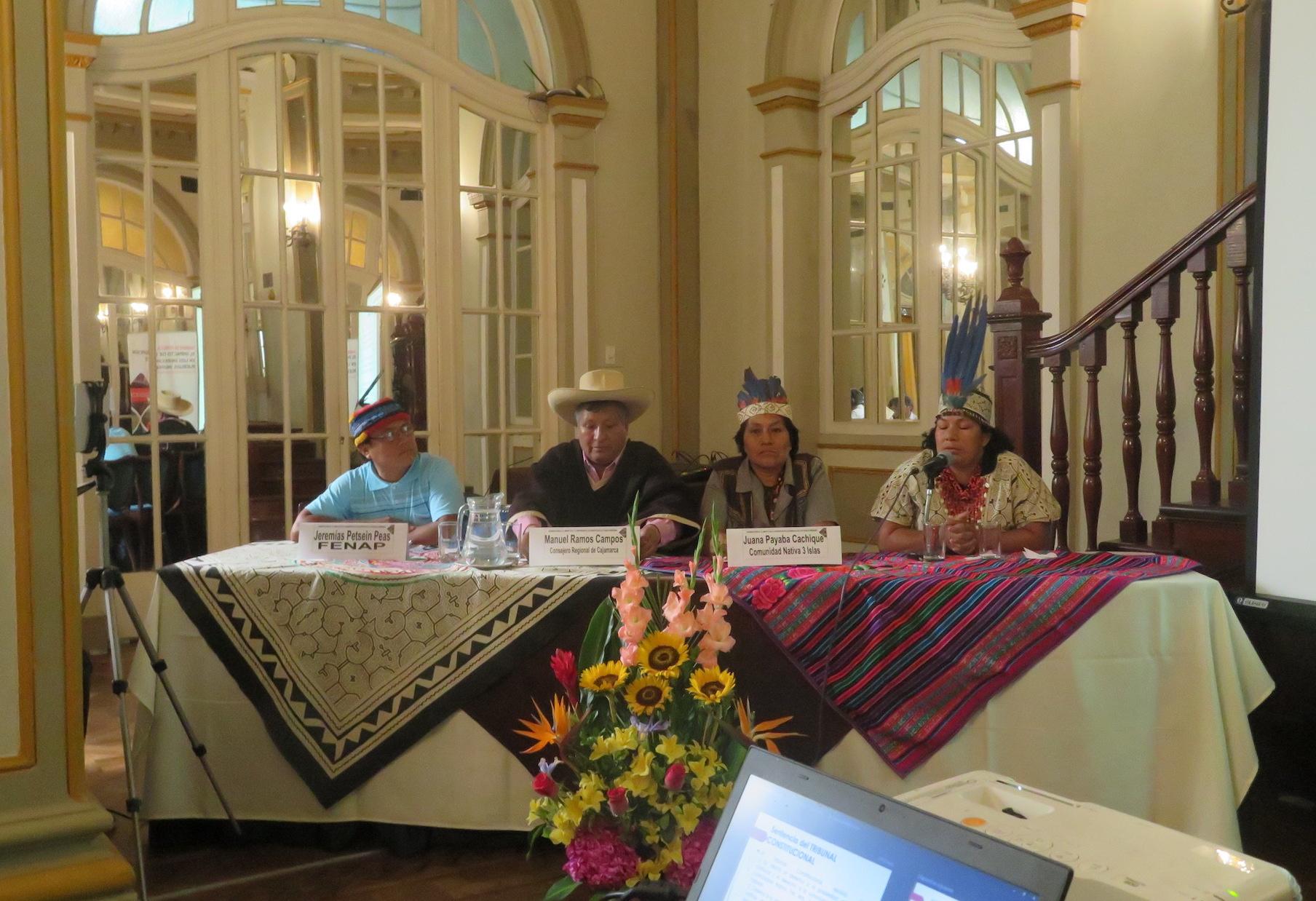 Representantes de las comunidades indígenas y campesinas exponen sobre actividades extractivas que afectan sus territorios. Foto: Yvette Sierra Praeli.
