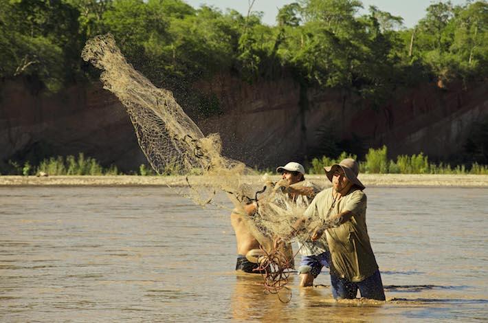 Indígenas guaraníes de la comunidad de Tatarenda Nuevo pescando sobre el río Grande. Foto: Eduardo Franco Berton