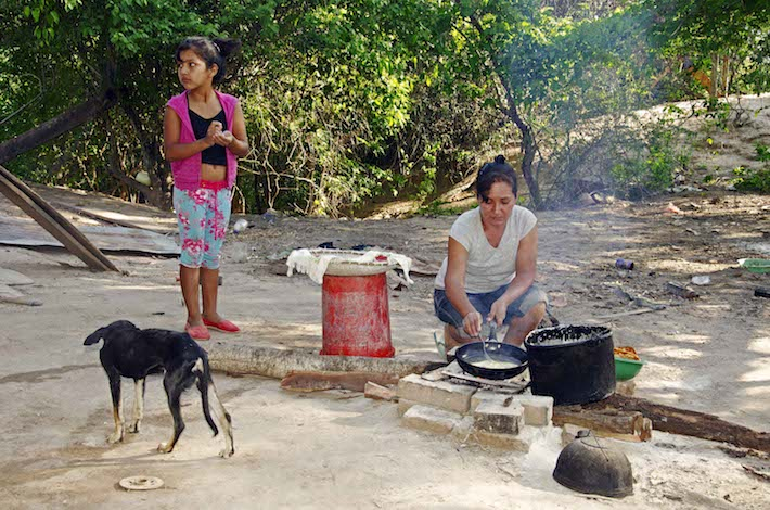Ely Zarate prepara el desayuno en la comunidad de Yumao. La Mburuvicha de esta comunidad está decidida a luchar por la defensa de su territorio. Foto: Eduardo Franco Berton