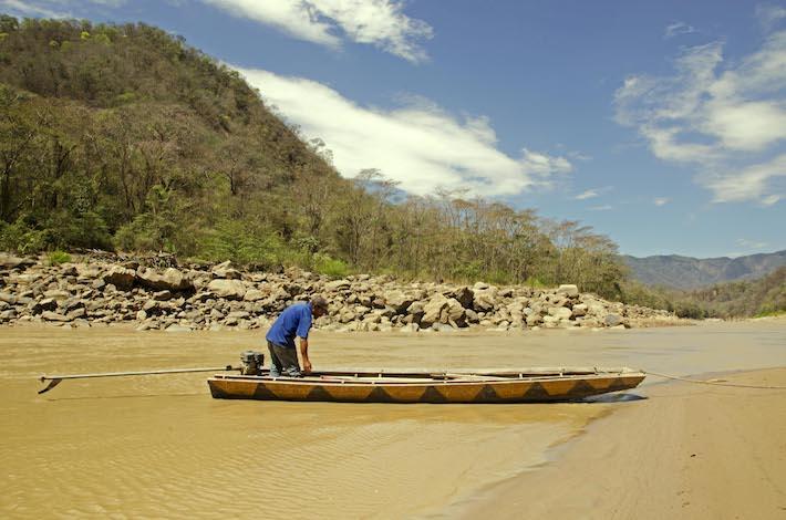 Beto Álvarez, esposo de Ely Zarate, se prepara para ir de pesca sobre el Río Grande. Foto: Eduardo Franco Berton