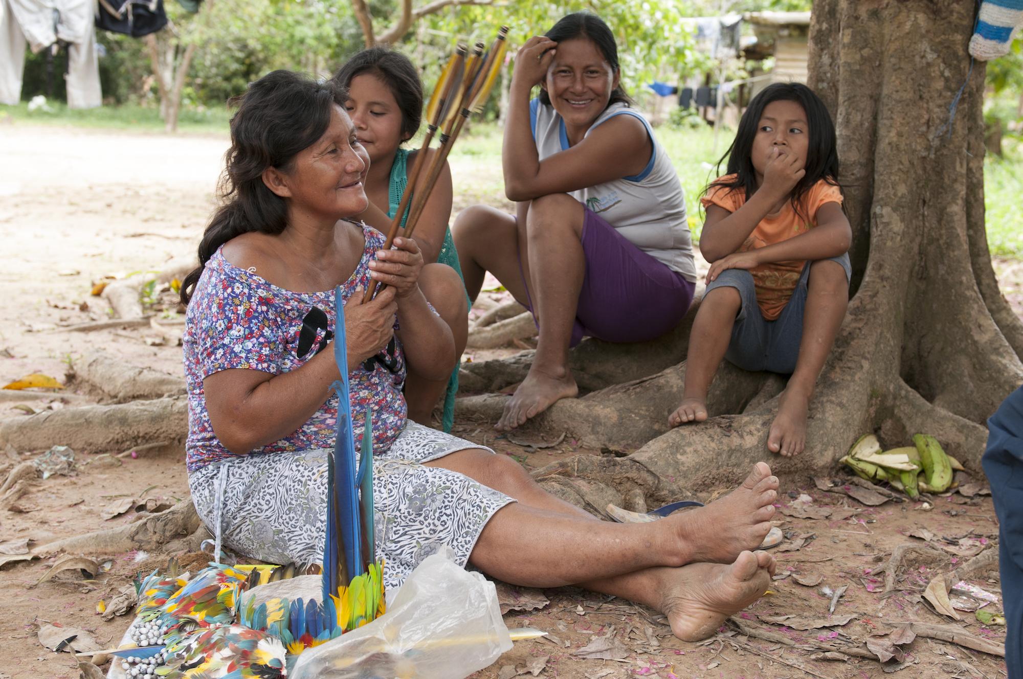 Mujeres indígenas compartiendo una charla en la Reserva Comunal Amarakaeri. Foto: Iñigo Maneiro / Sernanp.