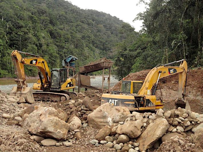 Con la construcción de la carretera Interoceánica Sur se dio el boom de la minería en Camanti. Empezaron a llegar las grandes máquinas que reemplazaron a su tradicional minería artesanal. Foto: Serfor Cusco.