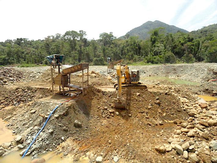Dicen que todos en Camanti viven de la minería, de forma directa o indirecta. Sin embargo, en sus ríos y quebradas ya no se puede pescar como antes, y la contaminación aumenta. Foto: Serfor Cusco.