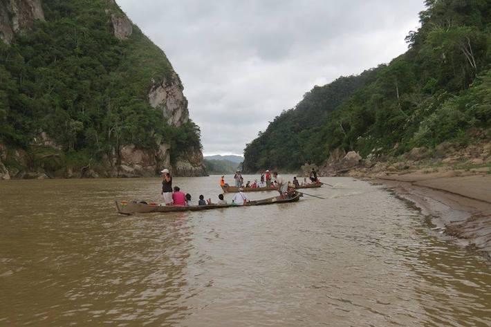 Transportando fruta en el río Beni, entre la confluencia del Tuichi y Rurrenabaque, periferia del Parque Nacional. Foto: Chema Formentí.