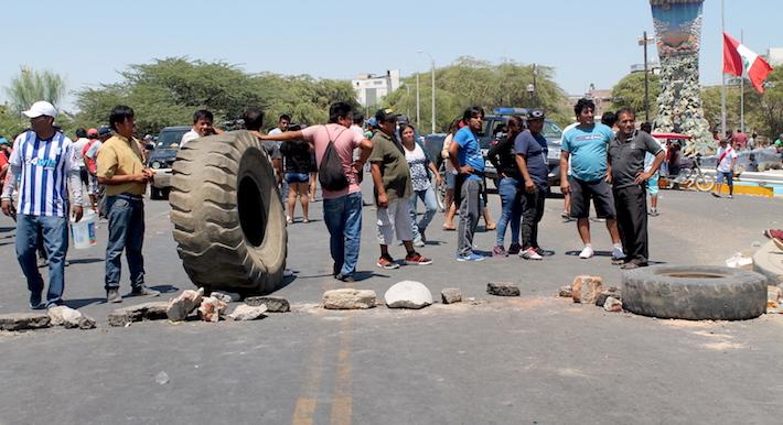 A fines de abril, pescadores artesanales bloquearon todas las vías y accesos hacia la provincia de Sechura, lo mismo ocurrió en Paita. Se oponen a la actividad petrolera en el mar. Foto: Rita Garcia.