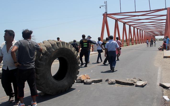 Como medida de protesta, los pescadores bloquearon todas las vías y accesos hacia la provincia de Sechura, lo mismo ocurrió en Paita. Foto: Rita Garcia.