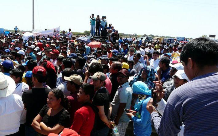 Pescadores artesanales, industriales, acuicultores y maricultores protestaron por las principales calles de Sechura. Foto: Rita García.