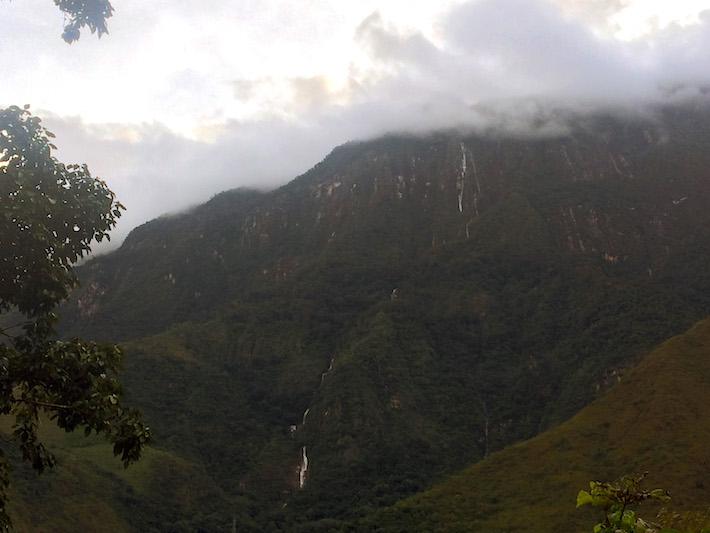 Los montes de esta parte de la selva de Cusco son impresionantes en todo momento. Caídas de agua y espectaculares vistas son atractivos que quieren potenciar para el turismo en la zona. Foto: Jack Lo.