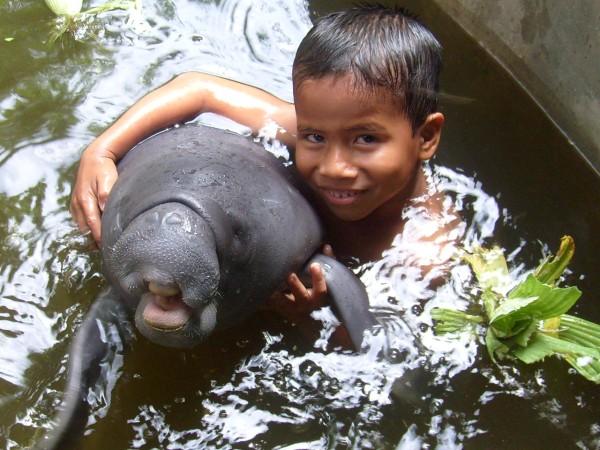 La educación ambiental es uno de los ejes principales del centro de rescate, con el objetivo de concientizar a niños y adultos sobre la conservación de los manatíes. Foto: Centro de Rescate Amazónico.