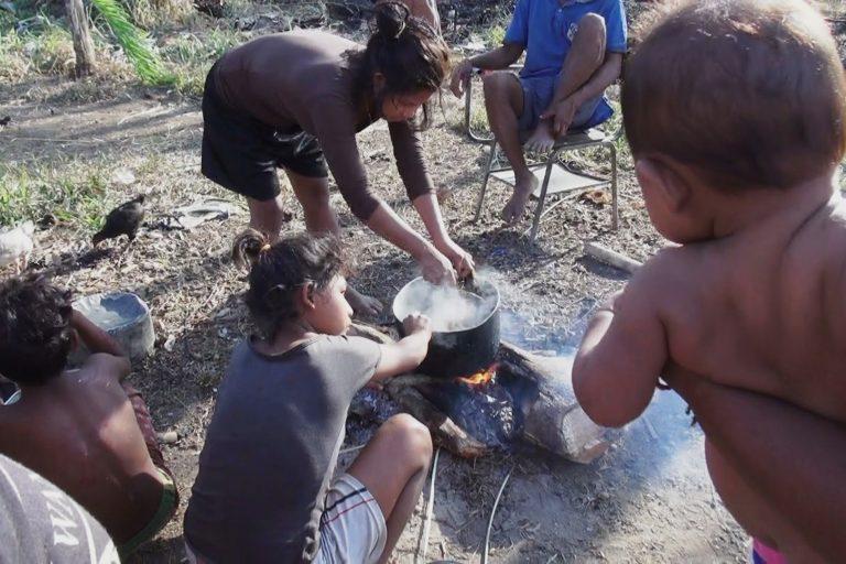 Mujeres Nukak cocinando la única comida del día. Foto: Alberto Castaño