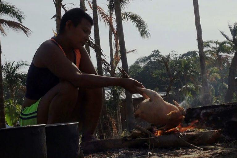 Muchas veces deben repartir una gallina entre más de 70 personas. Foto: Alberto Castaño.