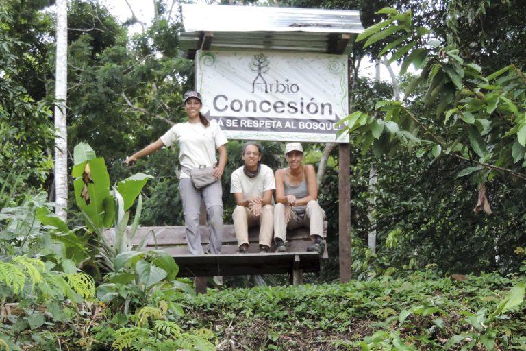 Las hermanas Tatiana, Gianella y Rocio Espinosa trabajan juntas en la conservación de 916 hectáreas de bosque en Madre de Dios. Foto: Arbio Perú.