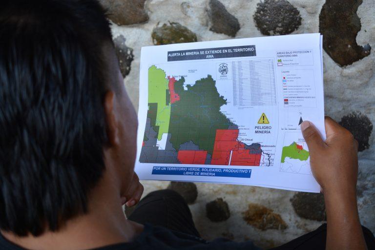 En la Asamblea que se llevó a cabo en Mataje Alto, se repartieron imágenes de mapas del territorio Awá que actualmente está concesionado para la minería. Foto: Observatorio Minero, Social y Ambiental del Norte del Ecuador.