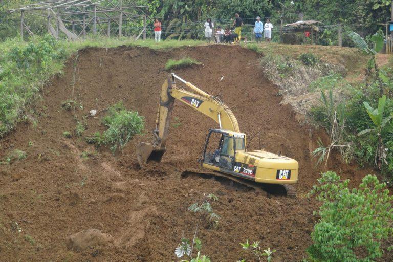 La minería que se practica en Esmeraldas ya no es artesanal sino pequeña o de mediana escala. Esta requiere necesariamente de maquinaria como retroexcavadoras. El movimiento de la tierra produce la sedimentación de los ríos. Foto: Junta Parroquial Alto Tambo.