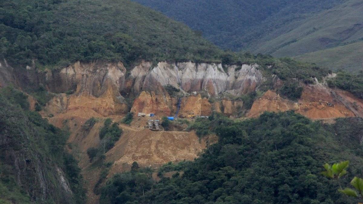 En el sector de Pampa Yanamayo se ha asentado un campamento de minería ilegal. En esa zona antes existían montañas con cumbre y bosque. Foto: Vanessa Romo.