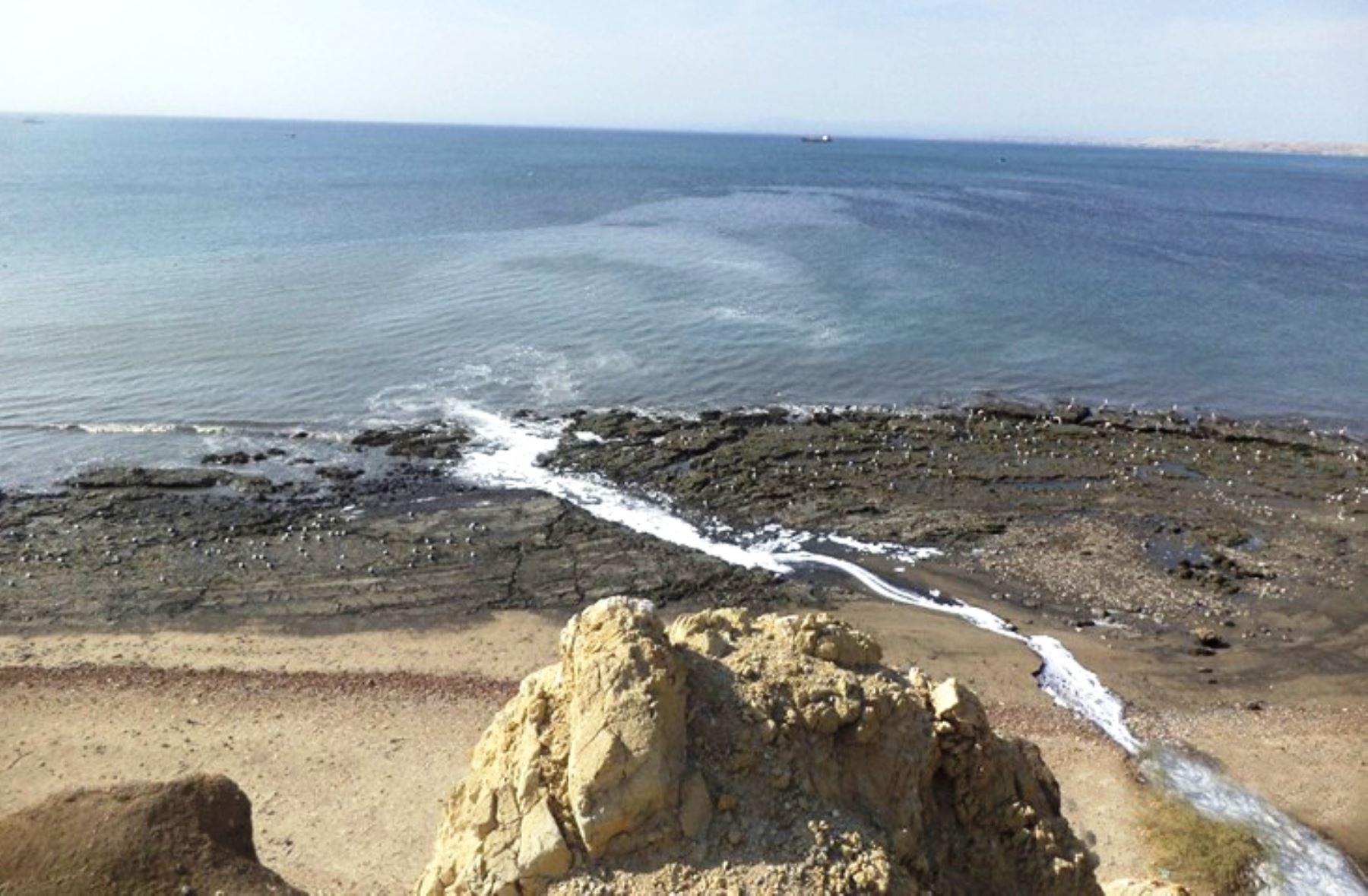 El mar de Paita está contaminado por el colapso de los desagües y la actividad industrial. Foto: Agencia Andina.