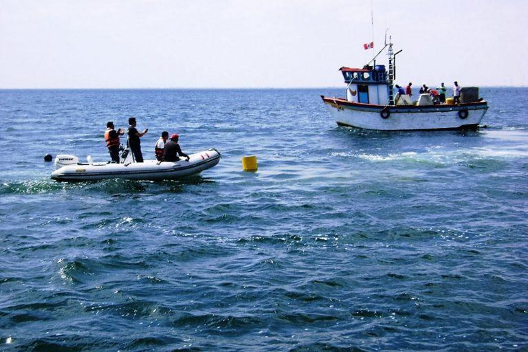 El mar de Sechura también está afectado por la industria pesquera y de hidrocarburos. Foto: Agencia Andina.