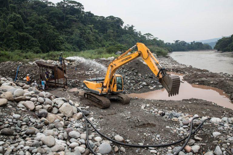 La comunidad denunció que las actividades mineras empezaron en el río Aguarico en febrero de este año y están 250 metros por fuera de las concesiones. Foto: Jerónimo Zuñiga/Amazon Frontlines.