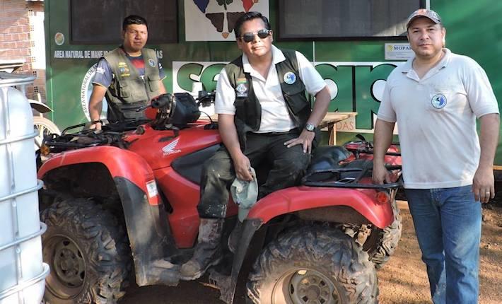 Marcel Caballero junto a miembros de su equipo de protección del ANMI San Matías. Foto: Dirección del ANMI San Matías, SERNAP.