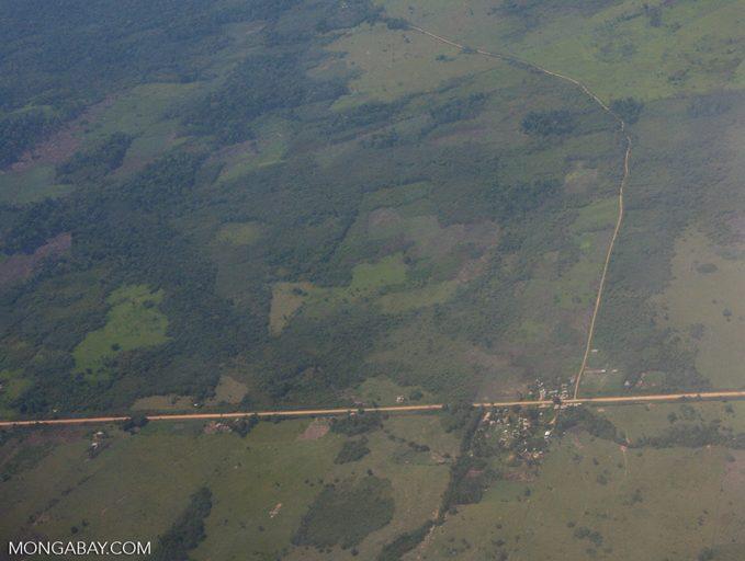 Perú: el impacto de una carretera en la deforestación del bosque amazónico. Foto: Rhett A. Butler