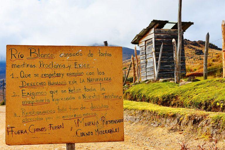 Cartel de protesta a la entrada del campamento del proyecto minero. Foto: David Fajardo